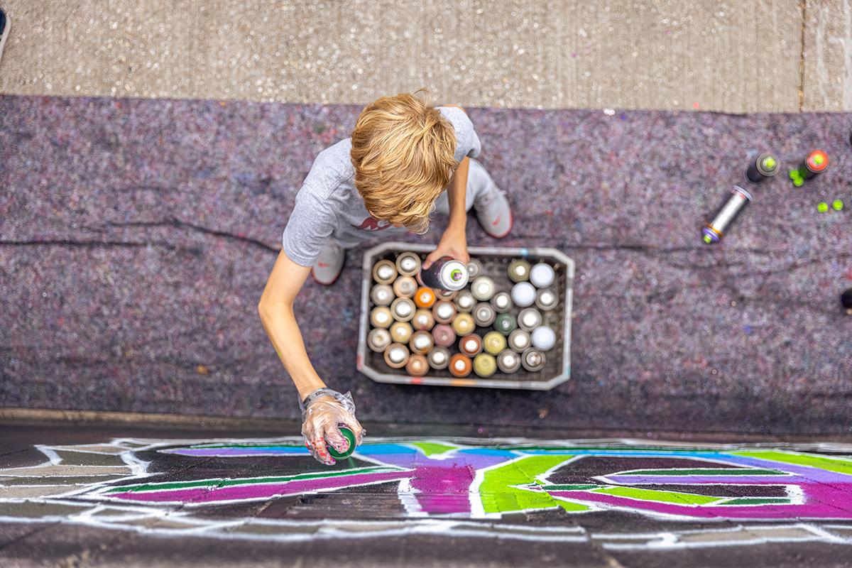 Graffitispuiter in de Kolfstedetunnel tijdens een graffitiworkshop onder leiding van Jan is de Man.